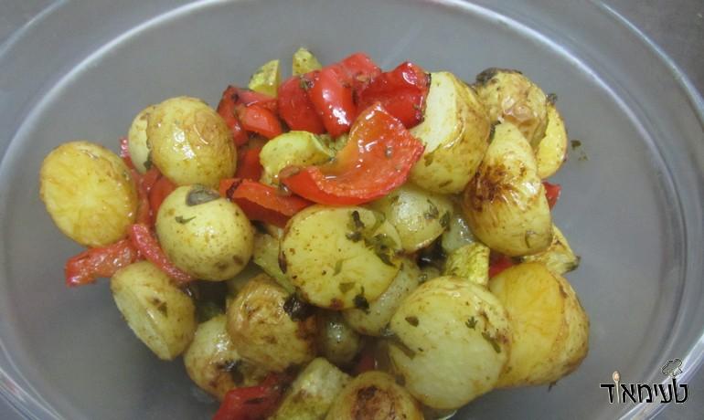 תפוחי אדמה, קישואים ופלפל אדום בתנור