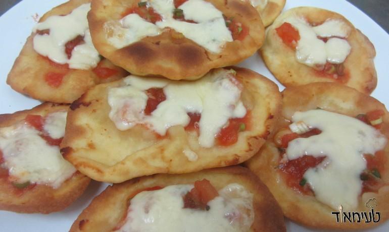 פיצה מקסיקנית - טאקו'ס עם סלסה מוקרמים בגבינה