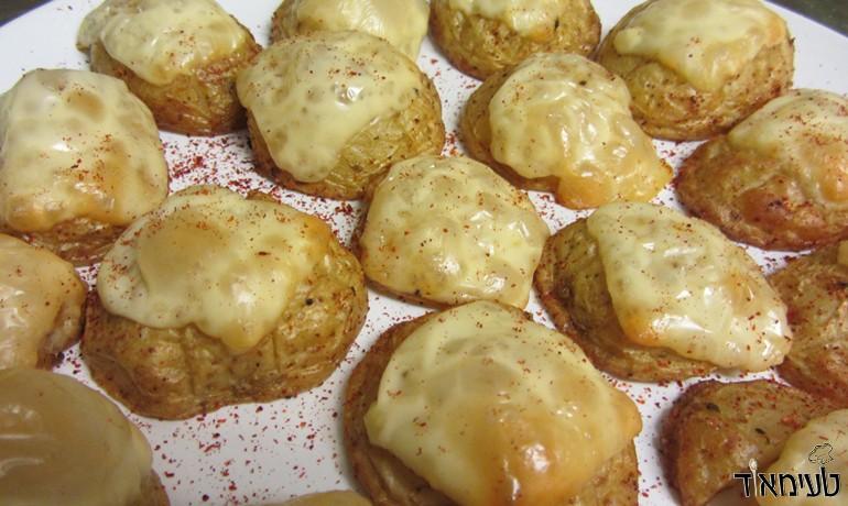 תפוחי אדמה מוקרמים בגבינה צהובה